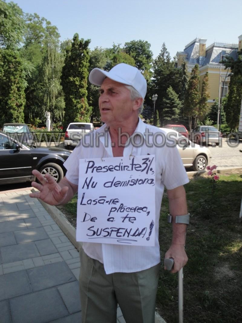 """Nemultumit de """"samuraii de la Curte"""", un pensionar protesteaza impotriva lui Basescu"""