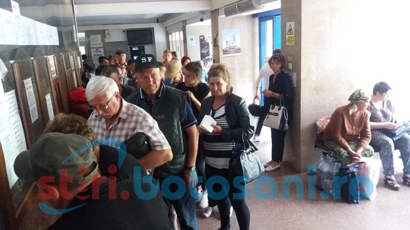 Nervi la Spitalul Judeţean! Zeci de pacienţi şi aparţinători iritaţi de timpul de aşteptare la internare FOTO