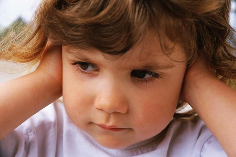 Nevrozele la copii se exprimă prin ticuri nervoase! Neglijate de părinţi, aceste afecţiuni se complică nedorit!