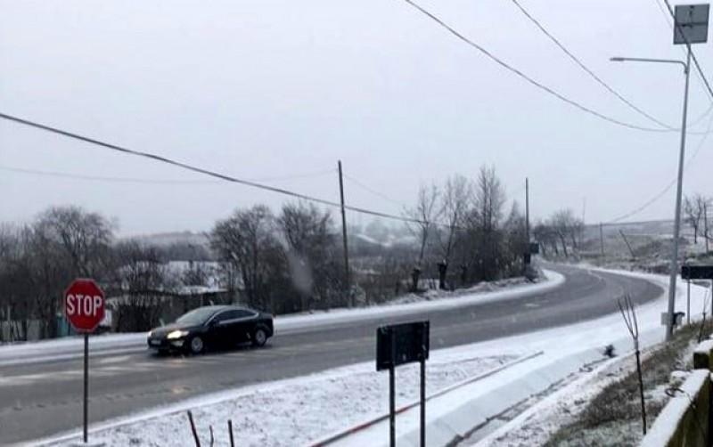 Ninsori moderate și carosabil umed în toată Moldova. Pe drumurile naționale se circulă normal