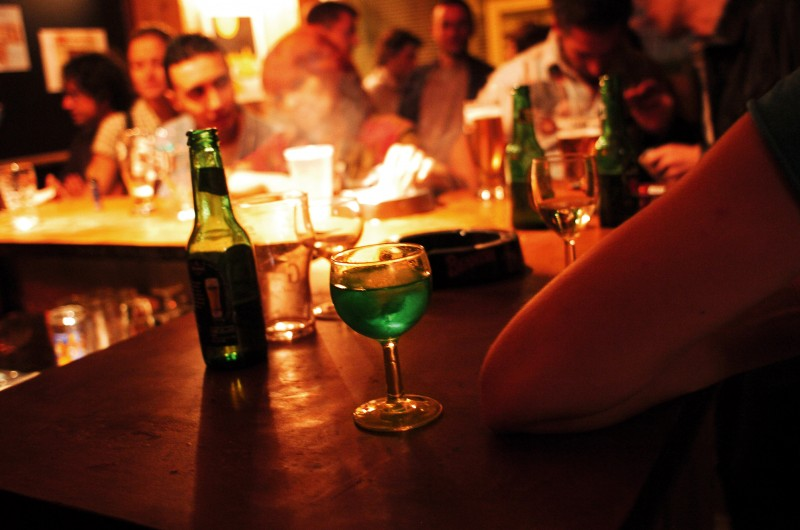 """Nu a rezistat tentației: """"Cules"""" dintr-un bar, deși avea interdicție în locuri unde se consumă băuturi alcoolice!"""