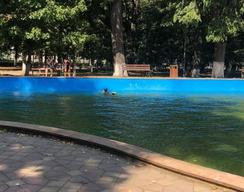 Nu au mai suportat căldura și au confundat lacul din Parcul Mare cu o piscină