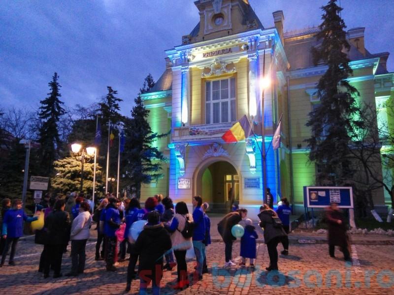 Primărie colorată în albastru, lampioane în aer, sărbătoare și mult năduf. Copiii cu autism din Botoșani, tot mai singuri de ziua lor!