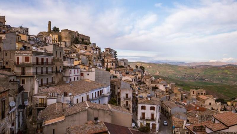 NU te mai descurci la Botoșani? Un oraş antic din sudul Italiei oferă locuinţe gratis pentru a revitaliza comunitatea! Și de muncă se găsește foarte ușor, iar raportat la salariu, prețurile sunt mai mici ca la noi!