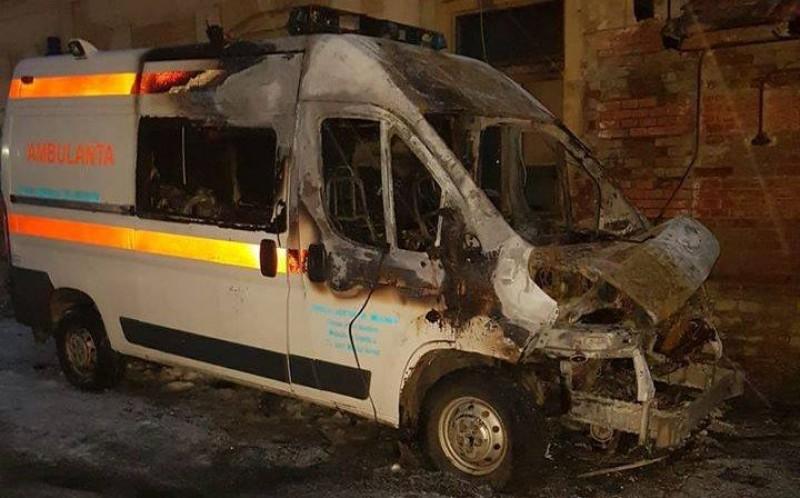 O autosanitară a Serviciului Județean de Ambulanță a ars complet!