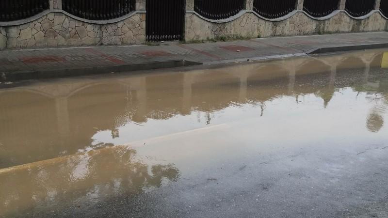 """FOTO - O avarie lasă fără apă un cartier din municipiul Botoșani. """"O conductă s-a spart și ne pune mari probleme!"""""""