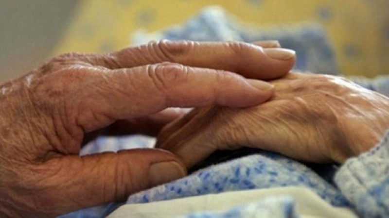 O bătrână a fost adusă de urgență la spital după ce un recipient sub presiune i-a explodat în mână!