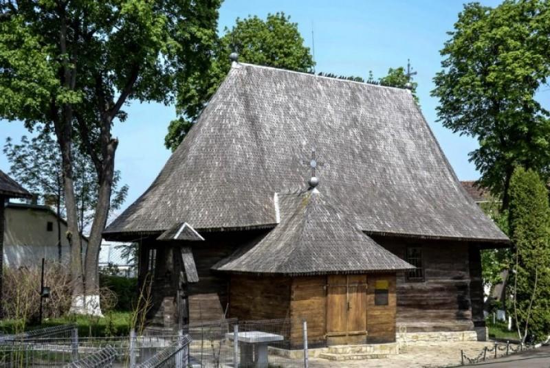 """O bijuterie a Moldovei: Biserica de lemn """"Adormirea Veche şi Naşterea Maicii Domnului"""" Dorohoi"""