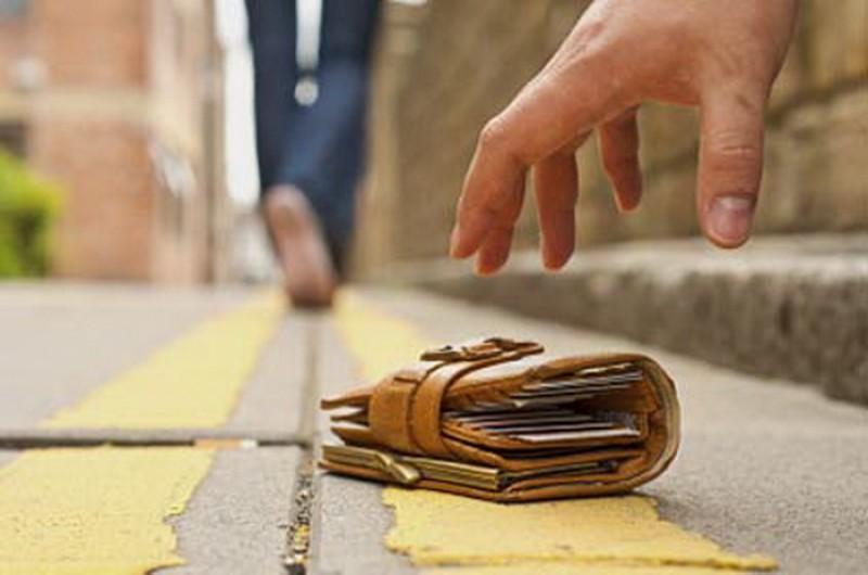 O botoşăneancă a găsit pe stradă o borsetă plină cu AUR! L-a găsit pe proprietar şi i-a dat bunurile!