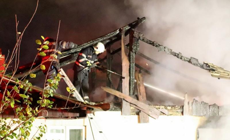 O casă a fost mistuită de flăcări ieri seară în municipiul Botoșani VIDEO