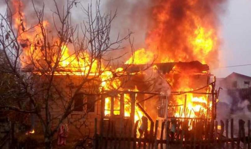 O casă bătrânească a ars astăzi la Dorohoi