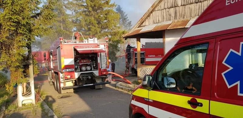 O chilie din curtea mănăstirii Agafton, în flăcări! 22 de pompieri luptă să stingă incendiul