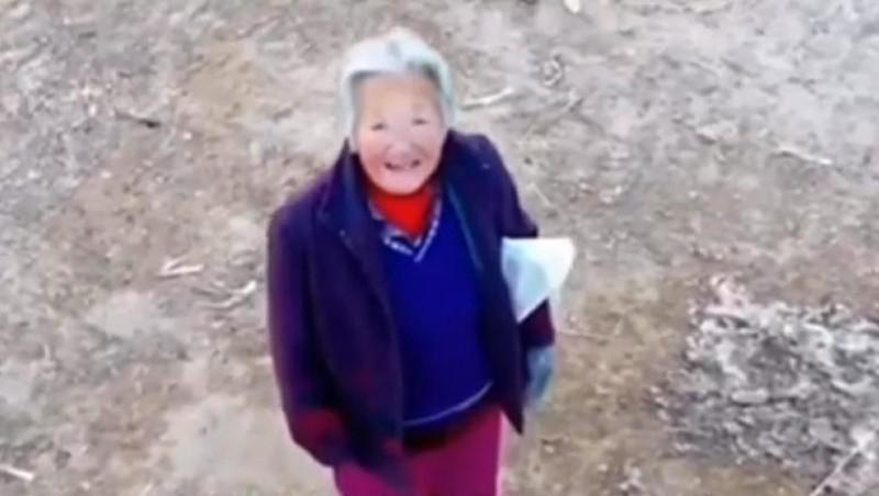 """O dronă vorbește cu o bătrână din China şi o somează să poarte mască: """"Bunico, nu te mai holba! Du-te şi spală-te pe mâini!"""""""