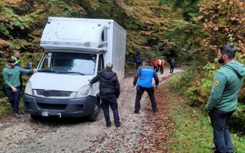 O eroare de GPS a băgat un şofer pe un drum forestier din Argeş. Omul a rămas blocat în pădure şi sunat la 112