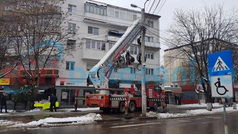 O femeie a fost rănită, după ce i-a căzut în cap o bucată de tencuială de la un bloc de pe strada Bucovina-FOTO