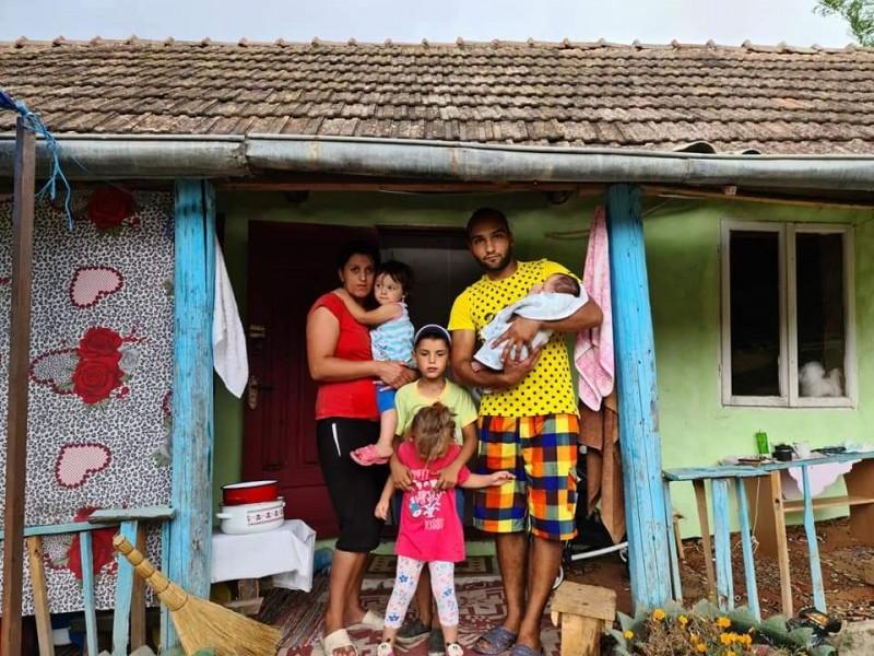 O femeie cu cinci copii din Botoșani își duc traiul într-un grajd, pentru că tatăl le-a incendiat locuința