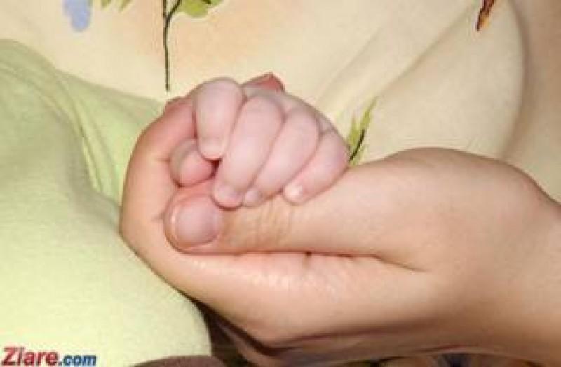O femeie din Italia a simulat o sarcina si a cumparat bebelusul unei romance cu 20.000 de euro