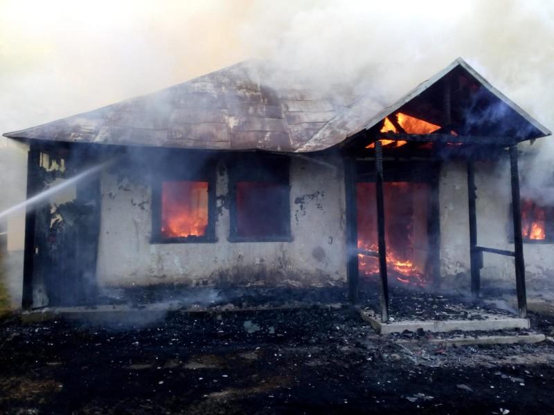 O femeie și-a incendiat casa (foto)