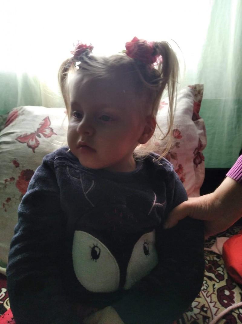 O fetiță în vârstă de doar trei ani dintr-o comună din Botoșani se luptă zilnic cu o boală cumplită
