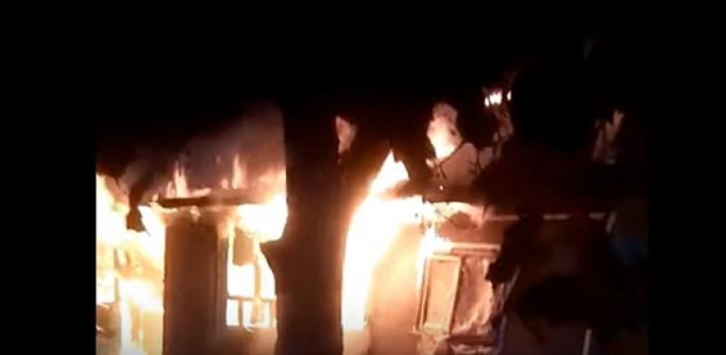 O locuință din Hudești a fost mistuită de flăcări după un scurtcircuit. VIDEO