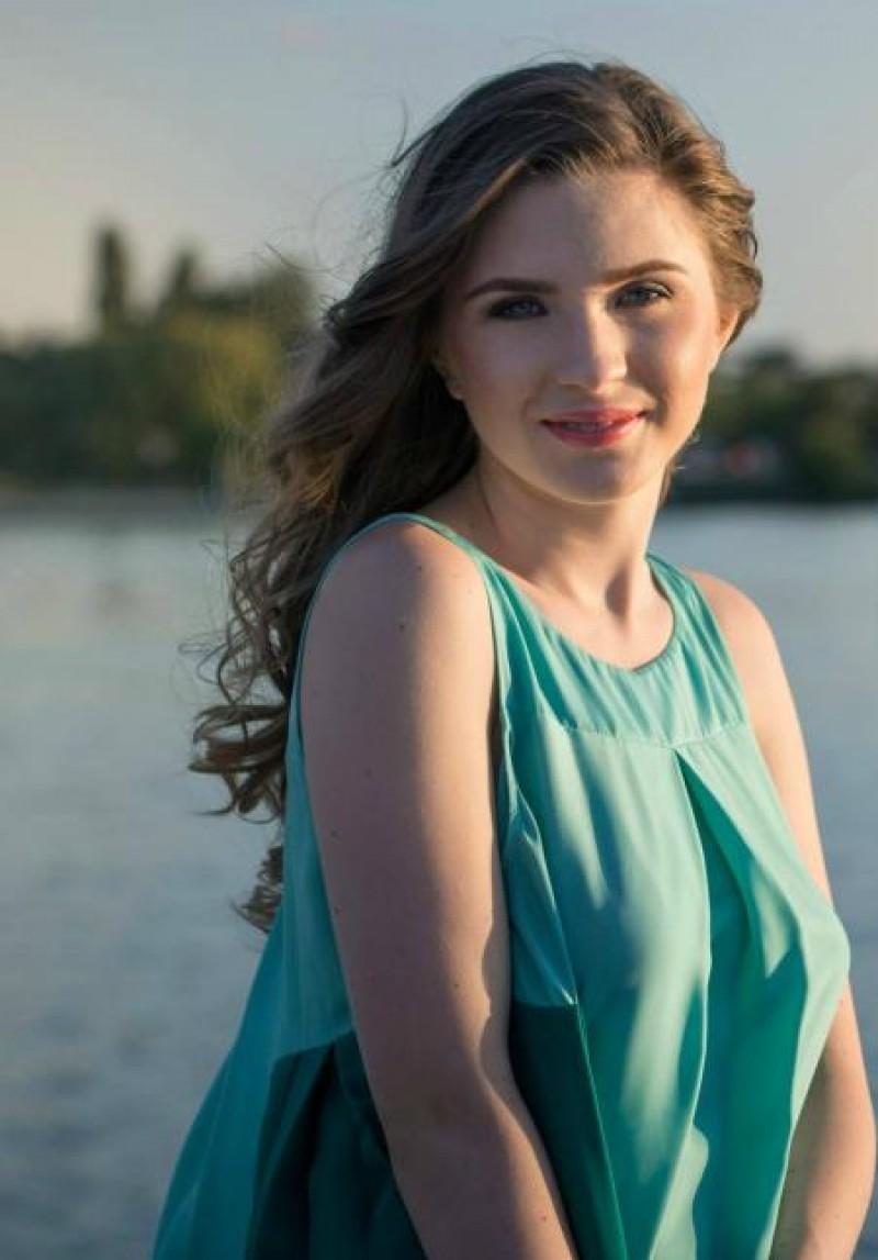 O mai țineți minte pe micuța voroneancă? Cristina Ciobănașu, frumoasa domnișoară cu două perechi de părinți!