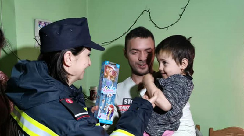 O mamă cu șapte copii și doi nepoți a primit încă un moment de SPERANȚĂ din partea pompierilor de la Botoșani. Galerie foto