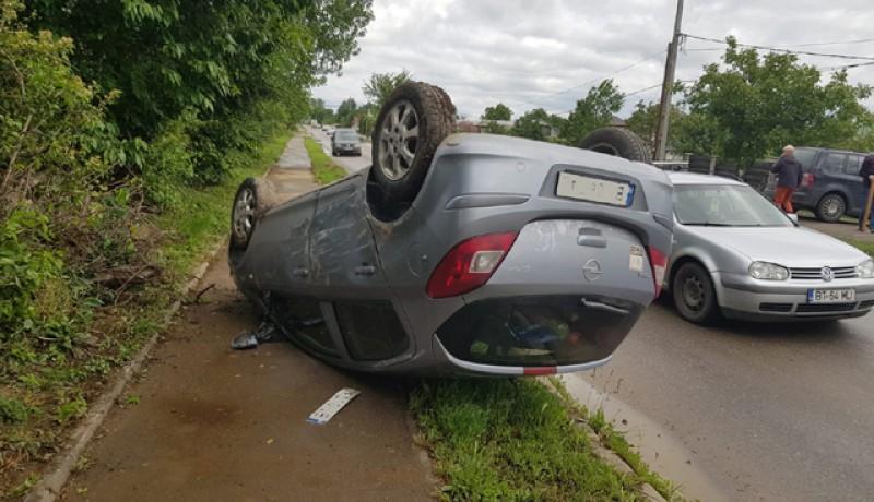 O mașină a ajuns cu roțile în sus pe strada Doboșari după o depășire riscantă