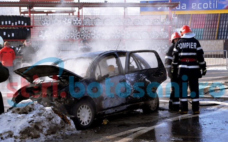 O mașină a luat foc în mers, la intrare în municipiul Botoșani! FOTO