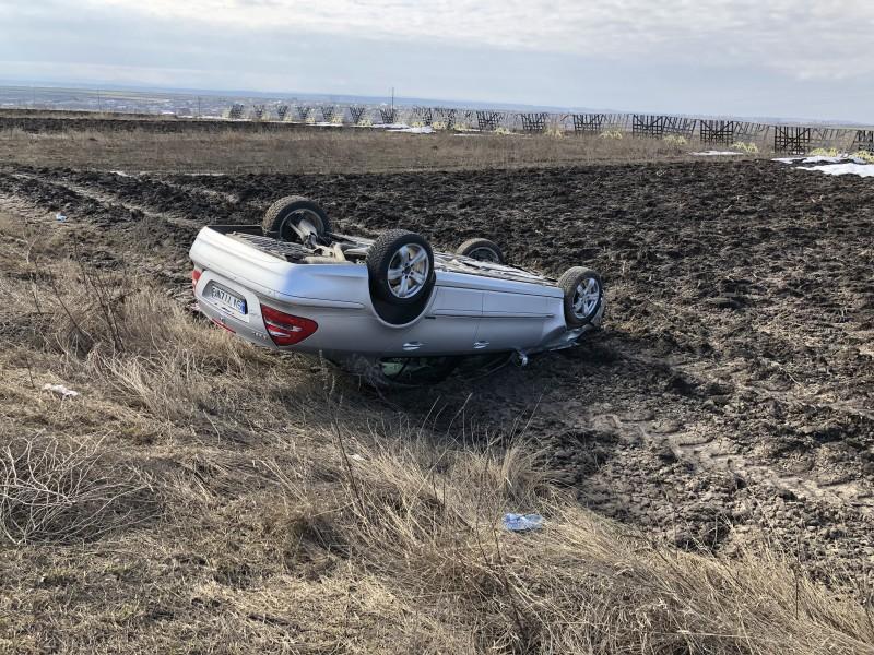 O mașină în care se aflau cinci persoane s-a răsturnat pe câmp! FOTO