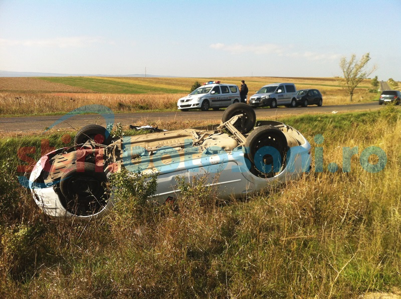 O maşină s-a dat peste cap în apropiere de Zosin! FOTO