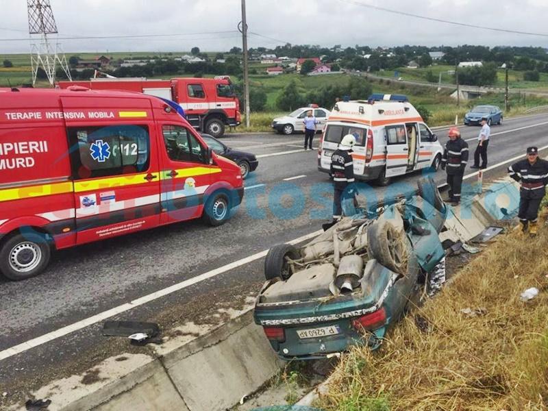 O mașină s-a dat peste cap pe drumul Botoșani-Suceava! Doi tineri răniți! FOTO