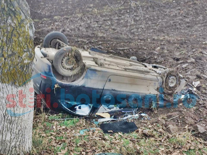 O mașină s-a răsturnat pe câmp din vina unei șoferițe care s-a speriat! Două persoane, la spital! FOTO