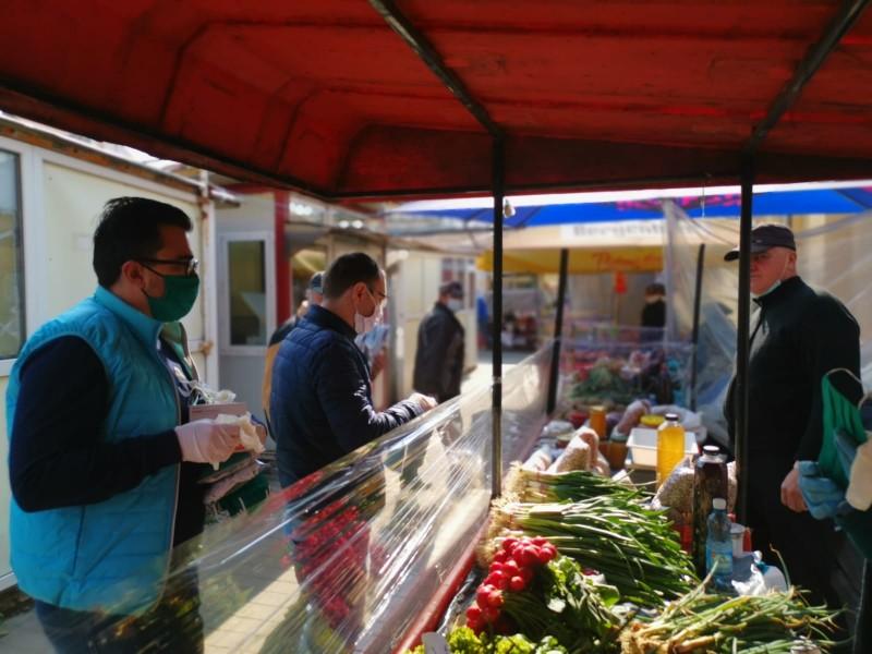 O parte dintre oficialitățile botoșănene au împărțit azi materiale sanitare comercianților din Piața Mare