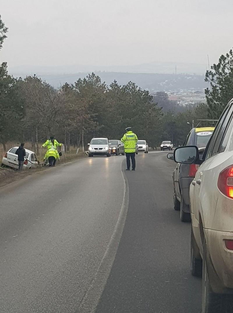 O şoferiţă a ajuns cu maşina în şanţ, după o depăşire imprudentă!