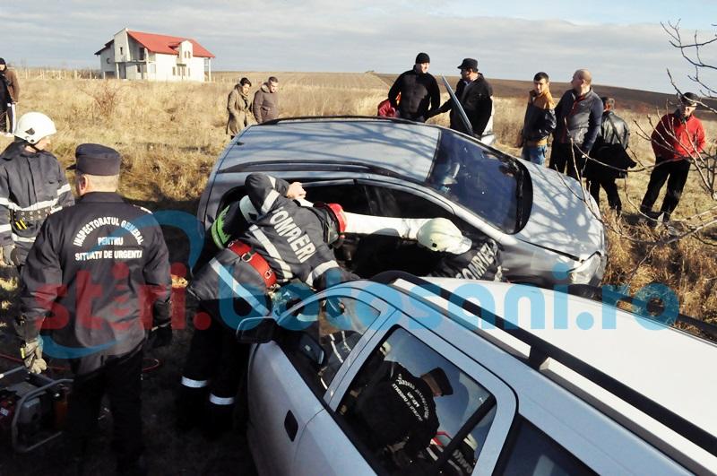 O șoferita a ajuns la spital, după ce s-a izbit cu mașina într-o dubă!