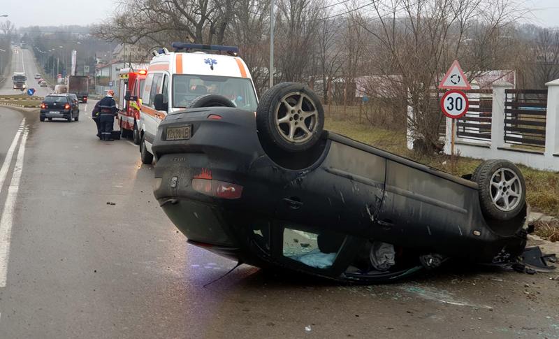 O șoferiță a întors mașina cu roțile în sus la intrarea în Botoșani
