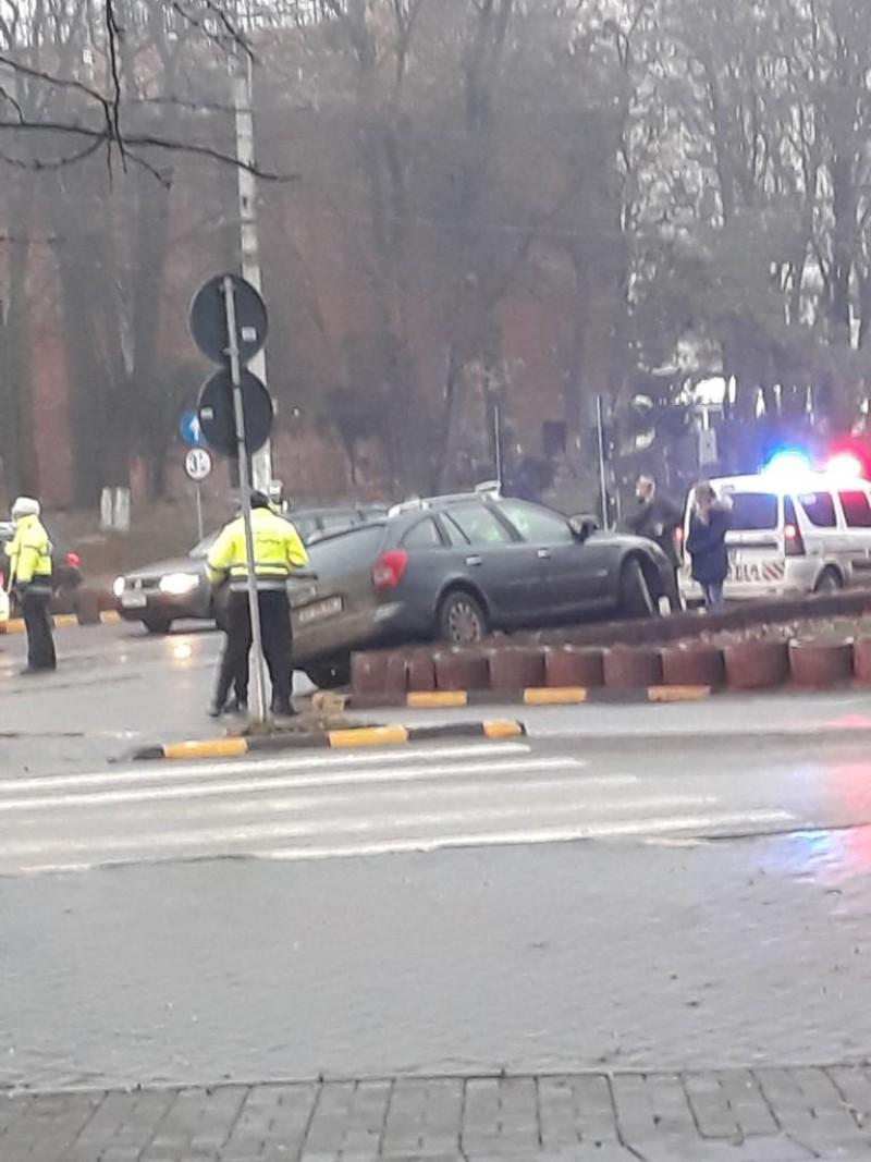 O şoferiţă şi-a avariat maşina, după ce a evitat un alt autoturism ce trebuia să îi acorde prioritate-FOTO