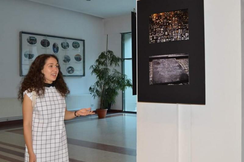 O studentă din Botoșani a organizat o expoziție a victimelor Holocaustului, la Universitatea Română-Americană
