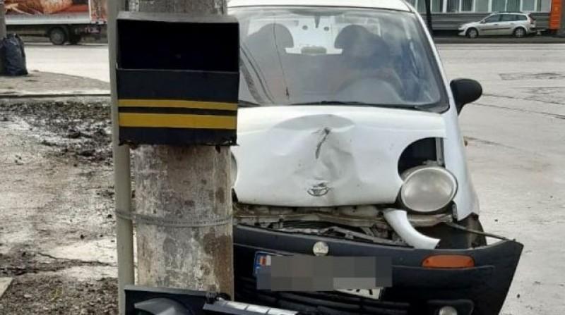 O tânără aflată în stare avansată de ebrietate a intrat cu mașina în stâlp