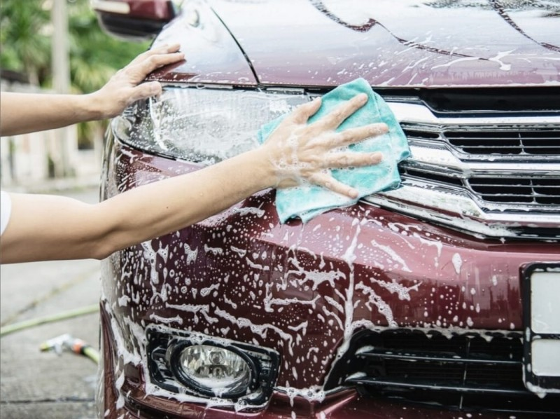 Obișnuiești să speli mașina în fața casei sau a blocului? Riști amenzi de sute de lei