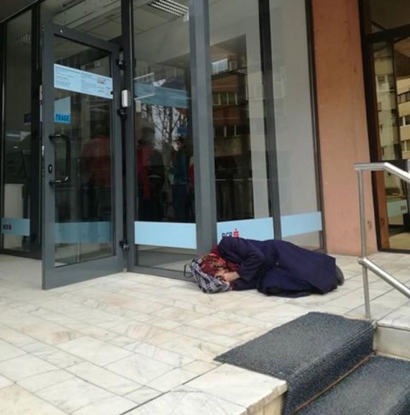 Obosită și descumpănită, s-a culcat la ușa instituției: Bătrânica venită la oraș pentru că nu vrea să își vândă pământul! VIDEO