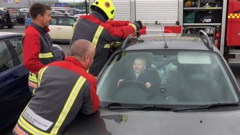 Operațiune de salvare ca urmare a încuierii mașinii de către un bebeluș, cheile fiind înăuntru, în timp ce mama era afară! VIDEO!