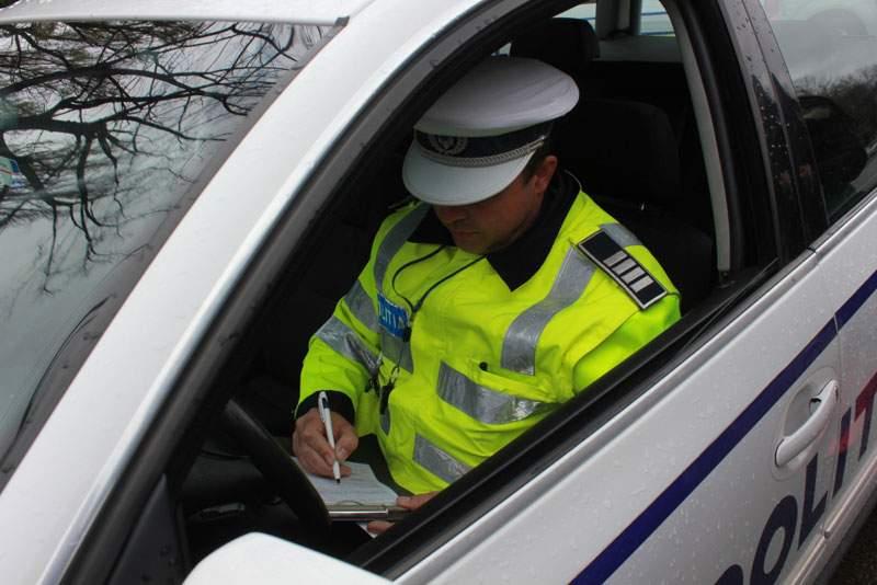 Oprit din drum de o șoferiță. Femeia de 25 de ani nu s-a asigurat la efectuarea unui viraj!