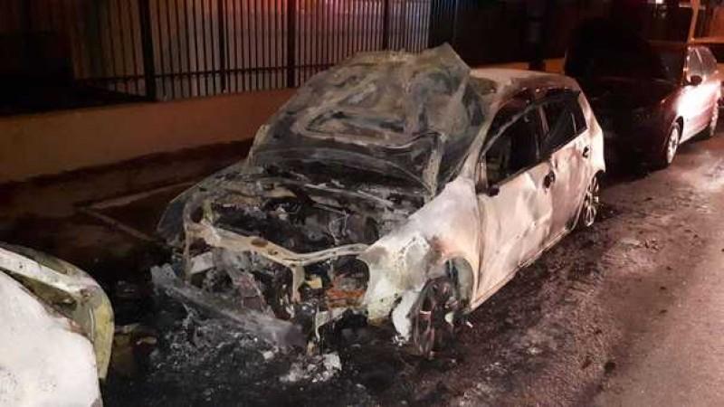 Opt maşini, avariate în urma a trei incendii în Bucureşti, în mai puţin de o oră. Pompierii cred că focul a fost provocat