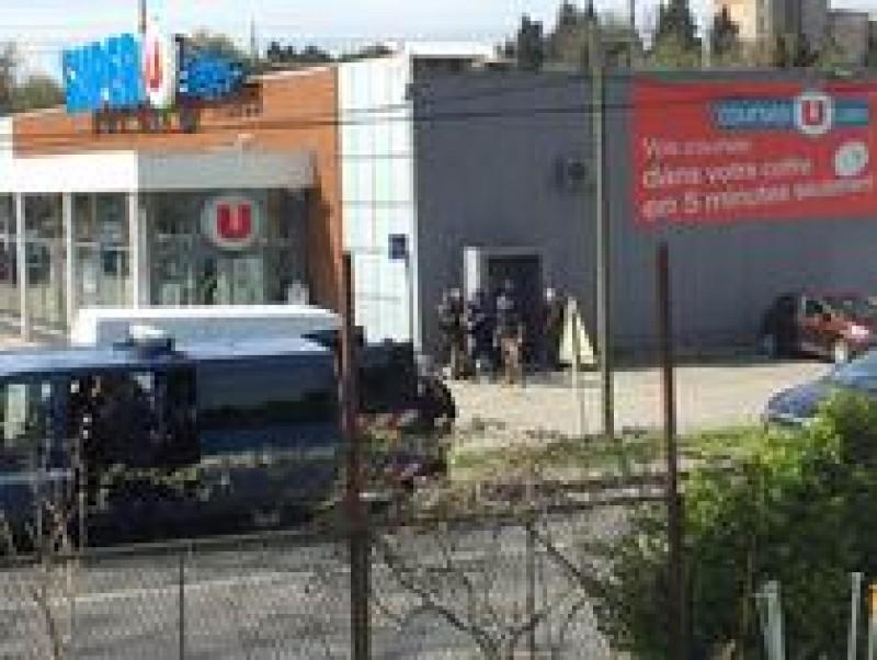 Opt oameni luați ostatici într-un supermarket din Franța! Atacatorul spune că luptă pentru Statul Islamic - VIDEO