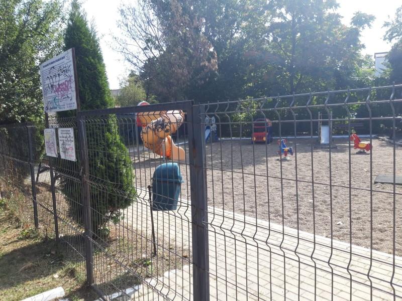 (P) Viceprimarul Cosmin Andrei acuză că lacătul este pus în continuare pe locurile de joacă ale copiilor, deși primarul Flutur anunțase deschiderea lor