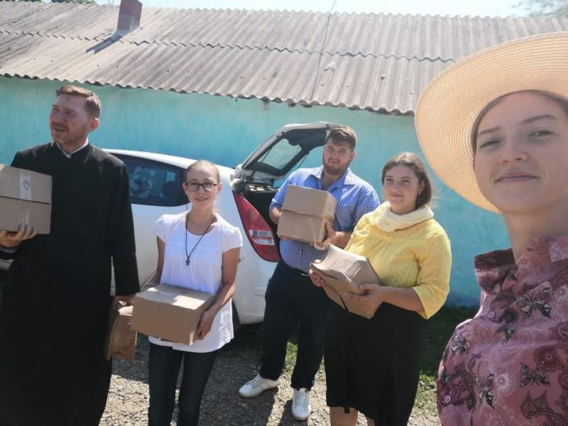 Pachete alimentare oferite nevoiașilor din trei localități botoșănene