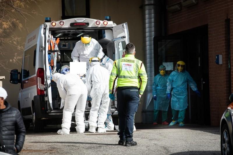 """Panică într-o localitate din județ. Oamenii au reclamat la 112 că un bărbat """"suspect de coronavirus"""" circulă liber pe străzi"""