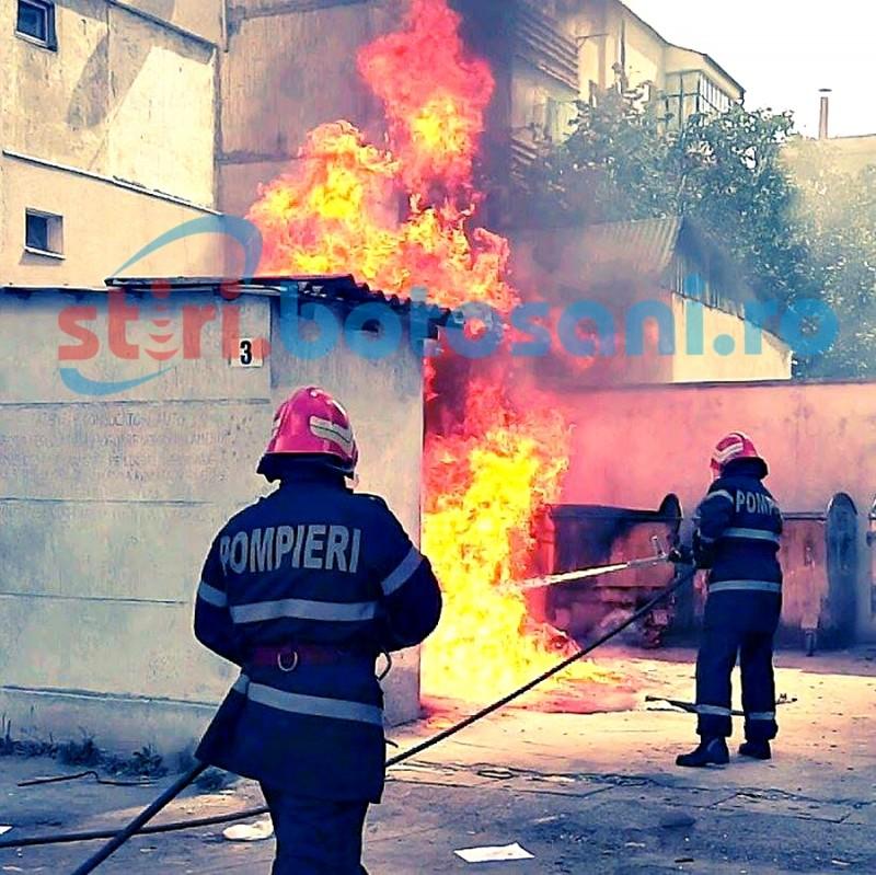 PANICĂ într-un cartier din Botoșani! Flăcările uriașe i-au scos pe cetățeni din case! FOTO, VIDEO