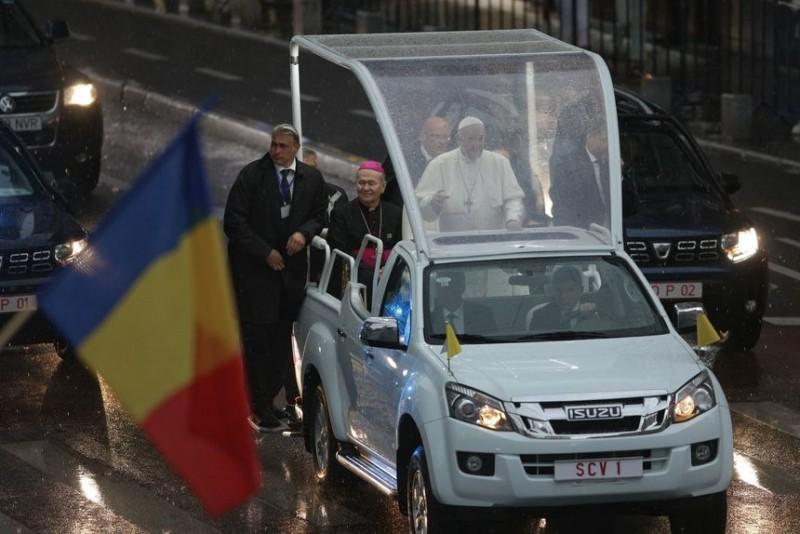 Papa Francisc va ateriza sâmbătă la Târgu Mureş şi nu la Bacău cum era stabilit iniţial; Suveranul Pontif va ajunge la evenimentele programate la orele anunţate